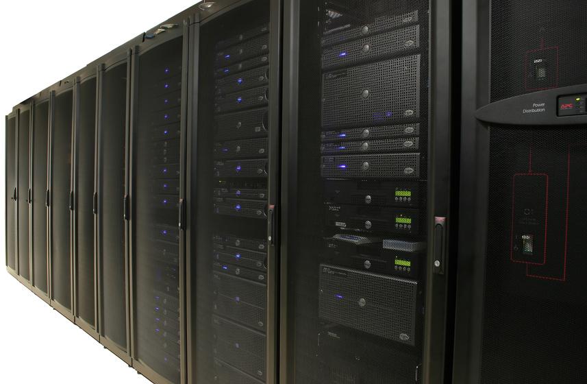 cabinets containing 1u and 2u servers / © Amy Walters / Fotolia.com.